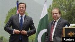 PM Inggris David Cameron Pakistan bersama PM Pakistan Nawaz Sharif dalam konferensi pers di Islamabada (30/6).
