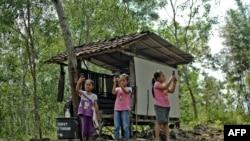 5 Ağustos 2020 - Endonezya'da Yogyakarta'daki köylerinde uzaktan eğitime erişmeye çalışan ilkokul öğrencileri