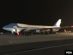 Chuyên cơ Air Force One của Tổng thống Obama đáp xuống sân bay quốc tế Nội Bài ở Hà Nội lúc 9:30 phút tối Chủ nhật (Ảnh: VOA/Thuc Pham).
