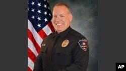 El oficial de policía Brad Miller llevaba menos de un año con la fuerza policial de Arlington, Texas.