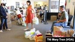 Người gốc Việt ở California gởi hàng hóa về Việt Nam cho người thân tại Little Saigon.