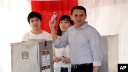 印度尼西亚首都雅加达地区首长钟万学及其夫人和儿子投票(2017年4月19日)