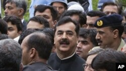 Pakistan's Prime Minister Yousuf Raza Gilani leaves Supreme Court building in Islamabad, April 26, 2012.