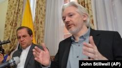 Pendiri WikiLeaks, Julian Assange berbicara dalam sebuah konferensi pers di Kedutaan Ekuador di London tahun lalu (foto: dok).