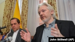 Ngoại trưởng Ecuador Ricardo Patino, trái, và người sáng lập WikiLeaks Julian Assange phát biểu trong một cuộc họp báo tại Đại sứ quán Ecuador ở London, 18/8/2014.