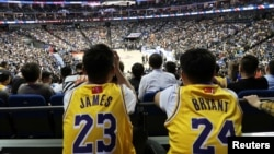 Laga ekshibisi bola basket antara Los Angeles Lakers vs Brooklyn Nets di Mercedes-Benz Arena, Shanghai, China, 10 October 2019.