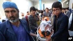 បុរសម្នាក់ដែលត្រូវរបួសក្នុងការវាយប្រហារដ៏ប្រល័យមួយលើហ្វូងបាតុករអំបូរ Hazaras ក្នុងក្រុងកាប៊ុល ប្រទេសអាហ្វហ្គានីស្ថាន កាលពីថ្ងៃសៅរ៍ ទី២៣ ខែកក្កដា។