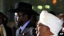 Rais Omar al-Bashr wa Sudan (kulia) akimsikiliza mwenzake wa Sudan Kusini Salva Kiir akizungumza wakati wa mkutano wa pamoja na waandishi habari kabla ya Bw. Kiir kuondoka Khartoumt Oktoba 9, 2011.