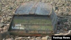 북한 어선으로 추정되는 폐목선이 22일 충남 서산 대산지역 바닷가에 떠밀려와 있다.