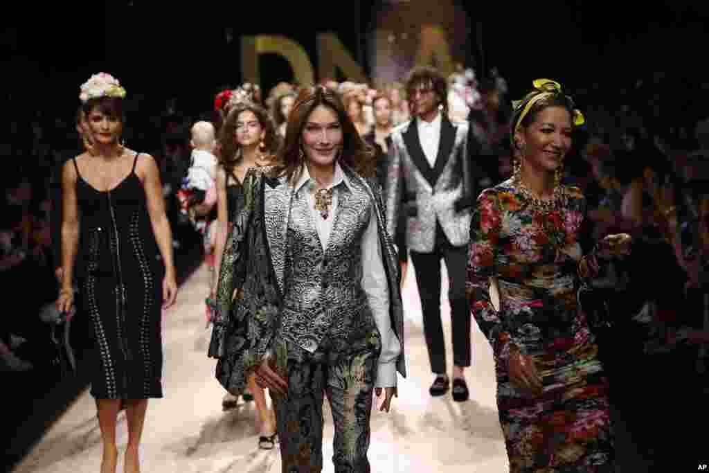 តារាបង្ហាញម៉ូដ Carla Bruni Sarkozy (រូបកណ្តាល) និងតារាដទៃទៀតបង្ហាញម៉ូដសម្លៀកបំពាក់នៅក្នុងកម្មវិធីបង្ហាញម៉ូដ Dolce & Gabbana នៅក្នុងក្រុង Milan ប្រទេសអ៊ីតាលី។