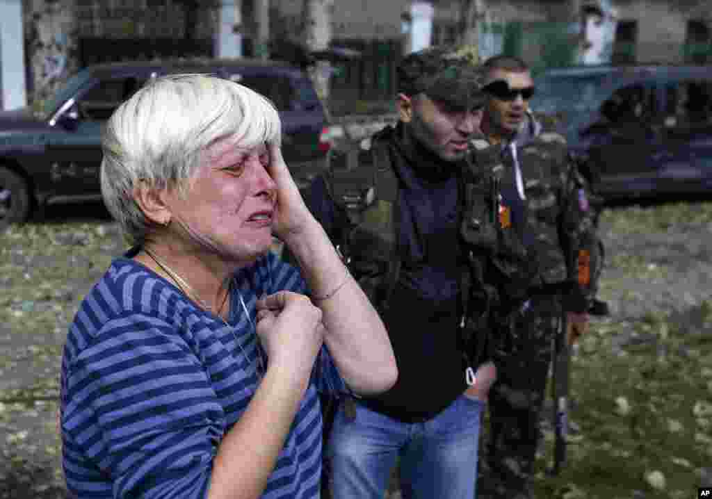Донецьк. Жінка поблизу школи.