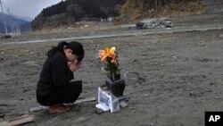 Cô Mika Hashikai, 37 tuổi, tưởng nhớ người cha thiệt mạng trong trận sóng thần ngày 11/3/2011 tại Rikuzentakata, phía đông bắc Nhật Bản, ngày 11/3/2012