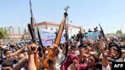 伊拉克人在什叶派圣城举起武器,呼喊口号,响应什叶派宗教领袖关于武装起来的号召