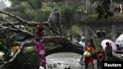 سمندری طوفان سے متاثرہ لوگ محفوظ مقامات کی طرف منتقل ہورہے ہیں۔