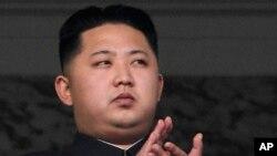 Lãnh tụ Bắc Triều Tiên Kim Jong Un. Trung Quốc bị cáo buộc tiếp tay cho các tội phạm chống nhân loại bằng cách trả những người đào thoát về lại Bắc Triều Tiên.