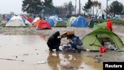 Migranti u grčkom selu Idomeni, na granici sa Makedonijom