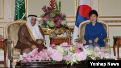박근혜 한국 대통령이 4일 사우디아라비아 리야드 킹사우드 궁에서 '킹 압둘라 원자력·재생에너지원'의 알 야마니 원장을 접견하고 있다.