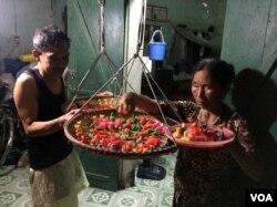 Vợ chồng cụ Giền và cụ Giáp, xấp xỉ 80 tuổi, ở Phú Xuyên đang phơi con bánh dong. (Hình: Trịnh Bách)