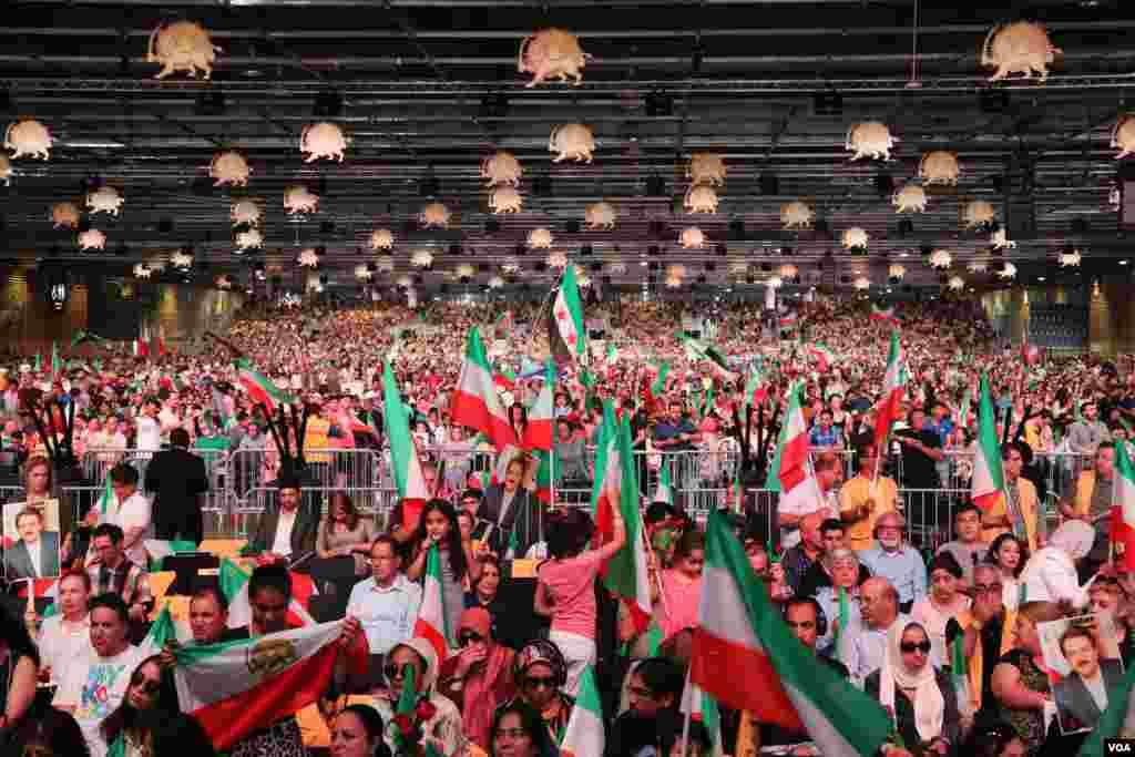 چندهزار نفر در نشست «ایران آزاد» با حضور گروههای مخالف جمهوری اسلامی ایران حضور یافتند.