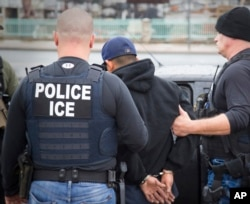 Agenti Imigracione službe hapse strane državljane 7. februara 2017. u Los Anđelesu u Kaliforniji.
