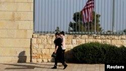 La gente pasa frente al consulado de Estados Unidos en Jerusalén, en febrero de 2018.