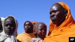 Des femmes et enfants dans un camp pour déplacés internes au Darfour.