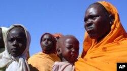 Des femmes et enfants dans un camp pour déplacés internes au Darfour