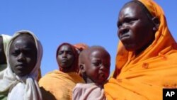 Des femmes et enfants dans un camp pour déplacés internes au Darfour (VOA)