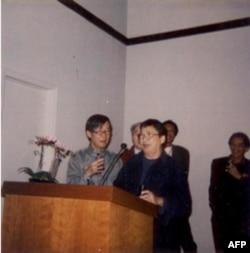 Trần Dạ Từ -Nguyễn Trung cùng hát chiều khai mạc triển lãm tranh Nguyễn Trung tại Việt Báo 21.1.2006