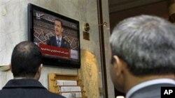 دوو هاوڵاتی سوریا گوێ له وتارهکهی بهشـار ئهلئهسهد دهگرن، چوارشهممه 30 ی سێی 2011