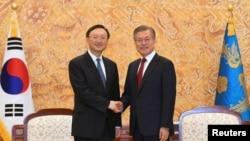 資料照 楊潔篪2018年3月訪問南韓時在青瓦台會晤南韓總統文在寅