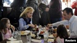 Ted Cruz y su familia disfrutan una tradicional cena con pescado en Green Bay Wisconsin. Marzo 25 de 2016.