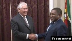 Rex Tillerson, Presidente da ExxonMobil, e Filipe Nyusi, Presidente de Moçambique.