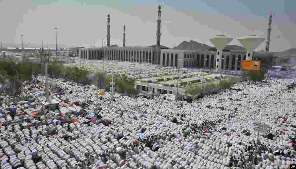 Crowds bow in prayer outside the mosque of the Plain of Arafat near Mecca, Saudi Arabia, October 25, 2012.