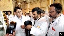 លោក Mahmoud Ahmadinejad ប្រធានាធិបតីអ៊ីរ៉ង់ពិនិត្យរោងចក្រចម្រាញ់អ៊ុយរ៉ានីញ៉ូម។