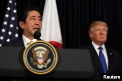 ນາຍົກລັດຖະມົນຕີ ຍີ່ປຸ່ນ ທ່ານ Shinzo Abe ກ່າວຖະແຫລງ ກ່ຽວກັບ ເກົາຫຼີເໜືອ ໃນຂະນະທີ່ ປະທານາທິບໍດີ ສະຫະລັດ ທ່ານ Donald Trump ຢືນຢູ່ຄຽງຂ້າງ ຢູ່ທີ່ສະໂມສອນ Mar-a-Lago ໃນເມືອງ Palm Beach ລັດ Florida, ວັນທີ 11 ກຸມພາ 2017.
