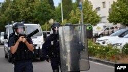 Fransa'nın doğusundaki Dijon kentinin Gresilles mahallesinde çıkan mafya çatışmalarına müdahale eden polisler, ellerinde kalkan ve göz yaşartıcı gaz kapsülü fırlatıcısı taşıyor.