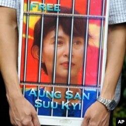 Chân dung Aung San Suu Kyi trong một cuộc biểu tình trước sứ quán Miến Điện ở Tokyo (Tư liệu-2009)
