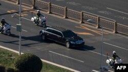 북한 김정은 국무위원장이 중국을 방문한 가운데, 8일 김 위원장을 태운 것으로 보이는 벤츠 승용차가 중국 공안의 호위를 받으면서 베이징에서 이동 중이다.