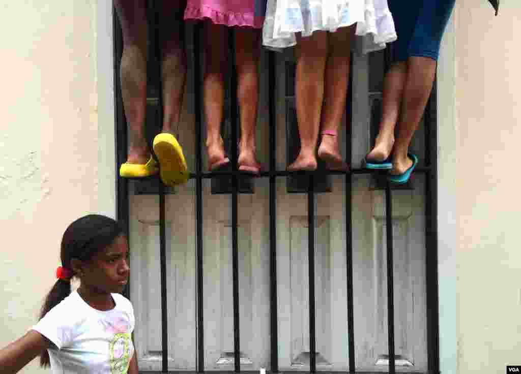 У центрі Гавани діти видираються на паркан, щоб мати змогу розгледіти прибуття президента США.