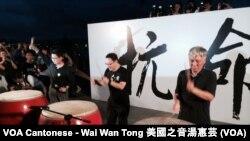 """香港和平佔中三位發起人(右起)朱耀明、戴耀廷、陳健民在啟動佔中""""公民發聲""""集會開始前,在台上用力擊鼓,寓意港人繼續為爭取普選發聲"""