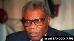 L'ancien président congolais Pascal Lissouba donne une conférence de presse à Abidjan, le 27 septembre 1992. (Photo: Issouf SANOGO / AFP / archives)