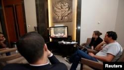 Para wartawan mengamati siaran langsung pemilihan Perdana Menteri Baru yang berlangsung di parlemen Libya di Tripoli (4/5).