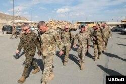 AQSh generallari Kennet Makkenzi va Ostin Skott Miller (oldinda) Afg'onistondagi harbiylar bilan, 2020