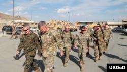 美軍中央司令部司令麥肯錫上將(General Kenneth McKenzie)2019年4月5日視察駐阿富汗美軍(美國國防部)