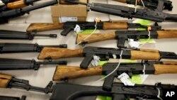 Arhiva - Zaplenjeno oružje prikazano u Feniksu, 25. januara 2011.