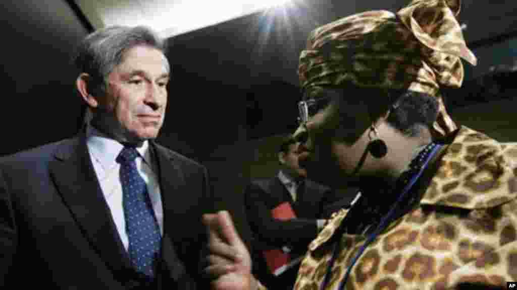 World Bank Group President Paul Wolfowitz speaks to Nigerian Finance Minister Ngozi Okonjo-Iweala, April 21, 2006,