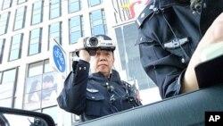 Китай. Полиция фиксирует на видео проверку документов.