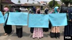 Mahasiswi Universitas Sumatera Utara (USU) saat melakukan unjuk rasa melawan tindak pelecehan seksual di kampus, Jumat (21/6). (VOA/Anugrah Andriansyah)