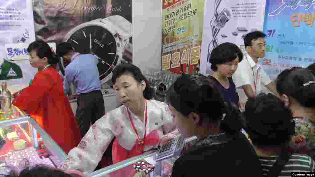 지난달 열린 '평양가을철국제상품전람회'에서 건강식품과 악세사리 등 각종 상품이 판매되고 있다. 지난달 23일부터 29일까지 평양을 방문한 일본 언론인 후쿠다 게이스케 씨가 촬영한 사진.
